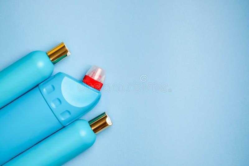 空白蓝色塑料瓶在左部分背景中 家庭化学,香波,擦净剂 库存照片