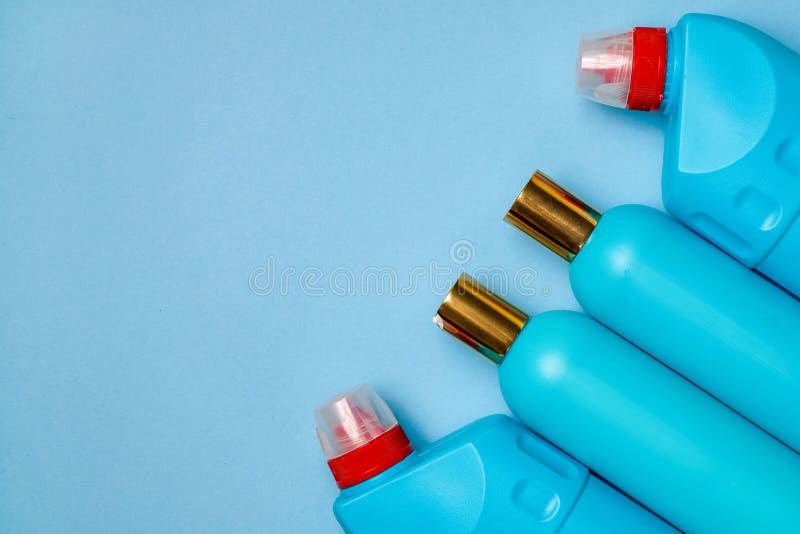 空白蓝色塑料瓶在正确的部分背景中 家庭化学,香波,擦净剂 图库摄影