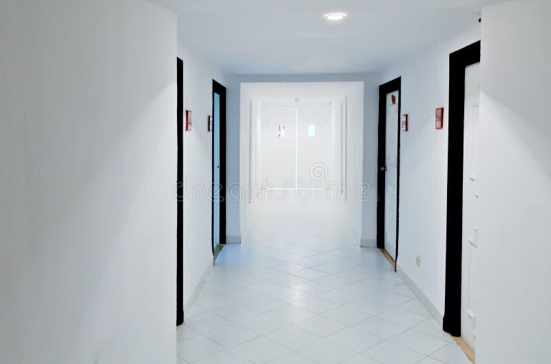空白走廊的门 免版税库存图片