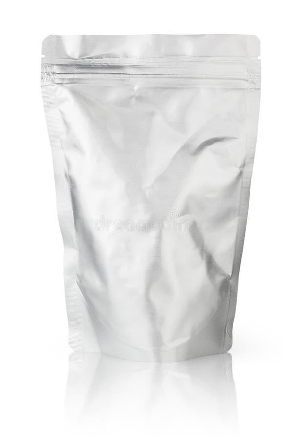 空白铝芯食品包装在与裁减路线的白色背景 免版税库存照片