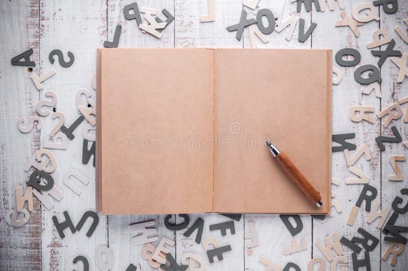 空白页日志和木铅笔 库存照片