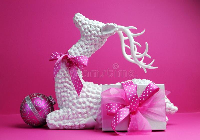 空白驯鹿、桃红色中看不中用的物品和当前礼品欢乐节假日圣诞节静物画 库存图片