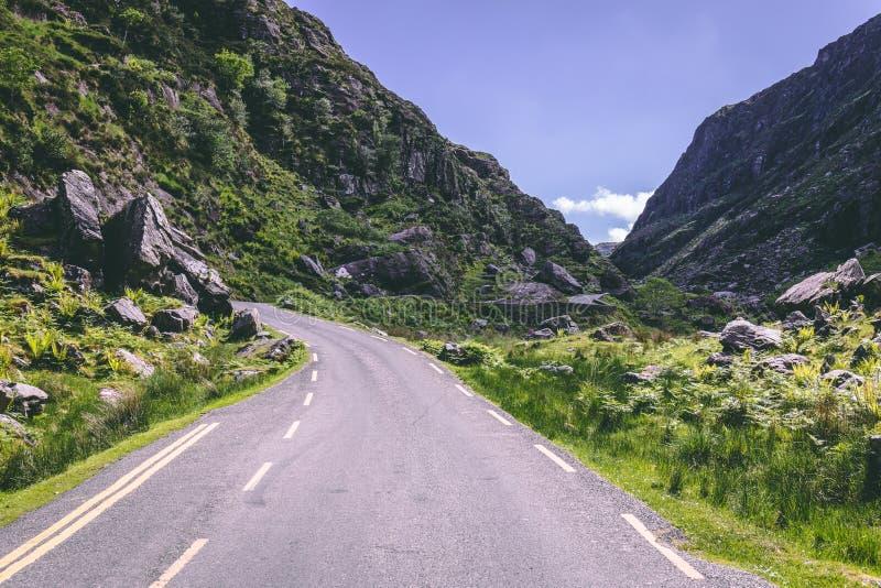 空白Dunloe,一个狭窄的山口风景路在县凯利,爱尔兰在一个晴天 库存照片