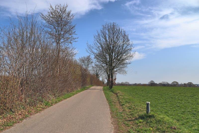 空的乡下公路和街道在德国在一好日子 库存图片
