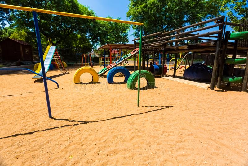 空的五颜六色的学龄前操场密林健身房 库存图片