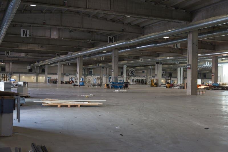 空的仓库内部:空的工厂厂房 免版税库存照片