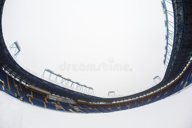 空的体育场& x22; Metalist& x22;积雪的沥青 库存图片