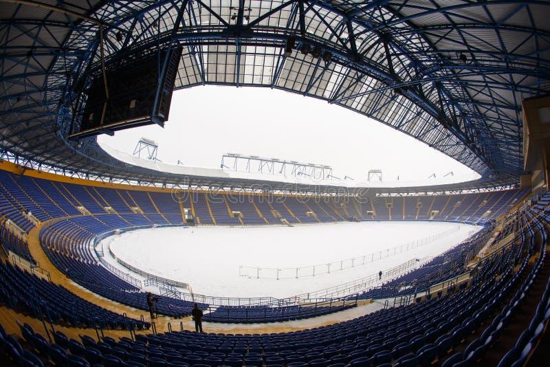 空的体育场& x22; Metalist& x22;积雪的沥青 库存照片