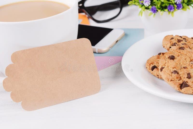 空的便条纸用咖啡、曲奇饼和电话 免版税图库摄影