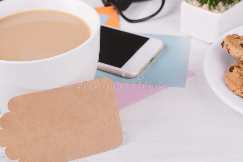 空的便条纸用咖啡、曲奇饼和计算器 库存图片