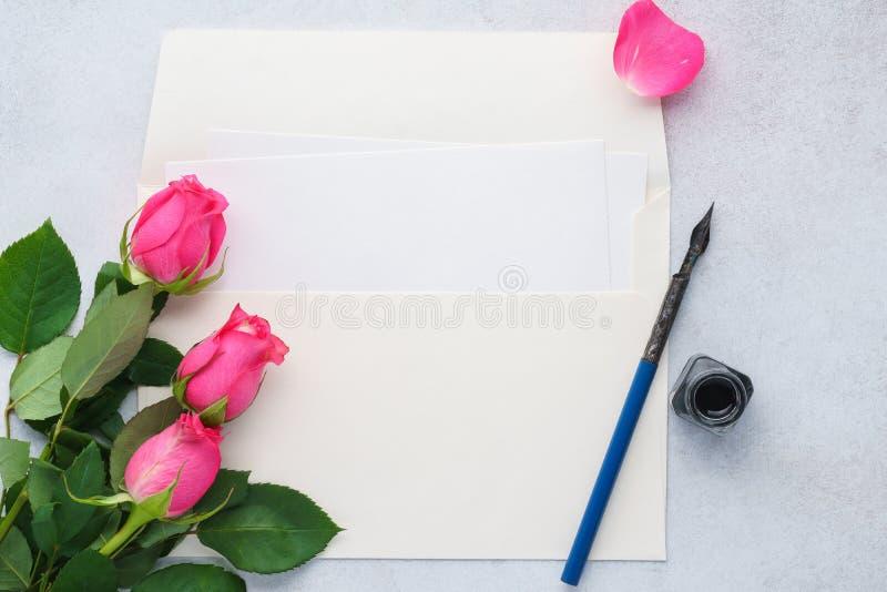 空的信件、信封和墨水笔 信函爱玫瑰 免版税库存图片