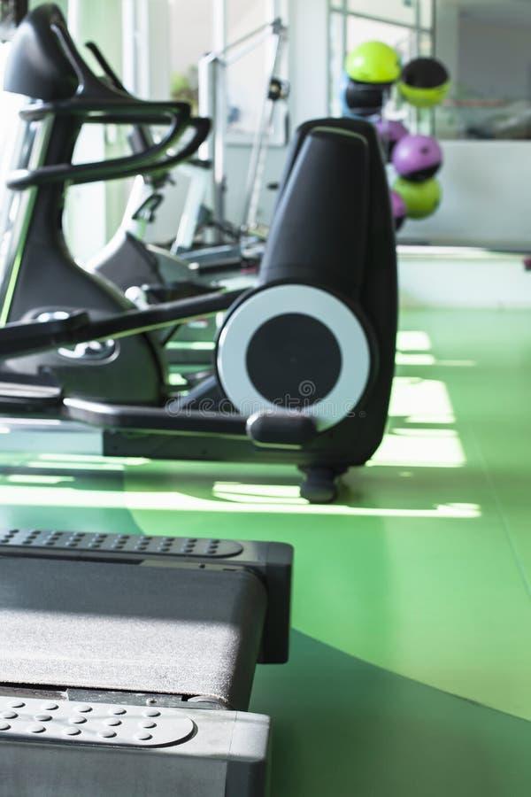 空的健身房内部,垂直的背景 库存图片