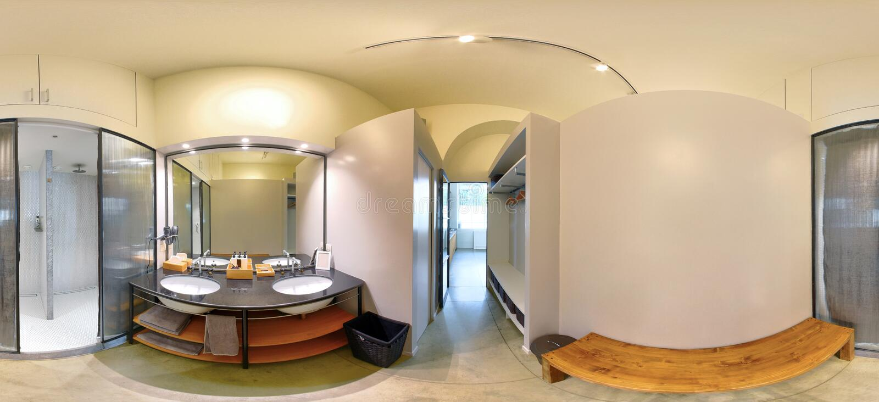 360空的健身房卫生间内部的全景 库存图片