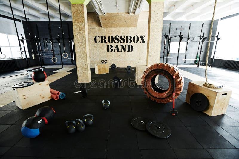 空的健身房用Crossfit设备 免版税库存图片