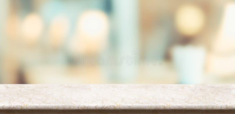 空的光滑的大理石桌和被弄脏的柔光桌在餐馆有bokeh背景 产品显示模板 事务 免版税图库摄影