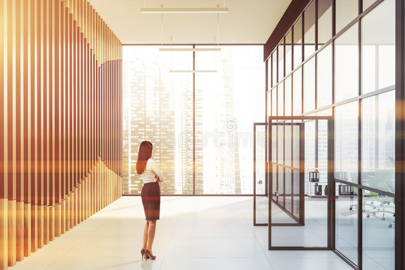 空的办公室大厅的女实业家 免版税图库摄影