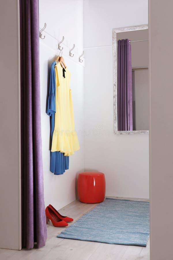 空的化装室在时尚商店 库存照片
