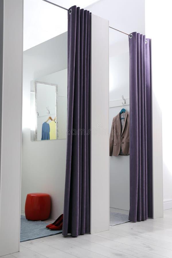 空的化装室在时尚商店 免版税库存图片