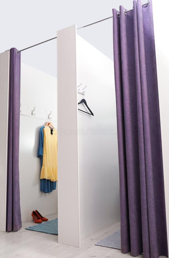 空的化装室在时尚商店 免版税图库摄影