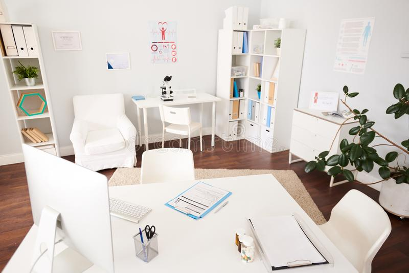空的医生Office内部现代诊所的 免版税图库摄影