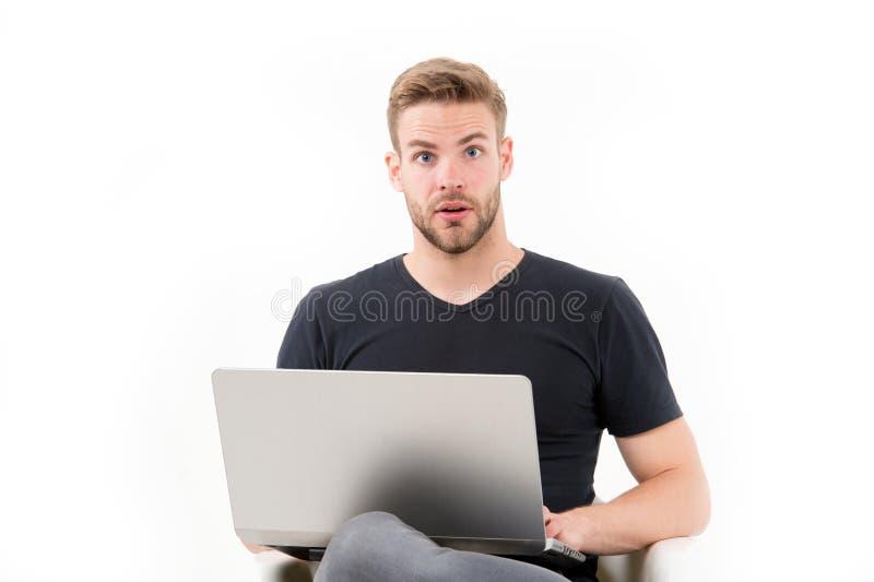 空的启发人笔记本 有膝上型计算机的人惊奇启发了面孔被找到的想法 人英俊不剃须在黑衬衣工作 免版税库存照片