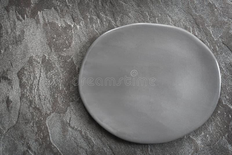 空的土气在板岩顶视图的灰色卵形板材 免版税库存照片