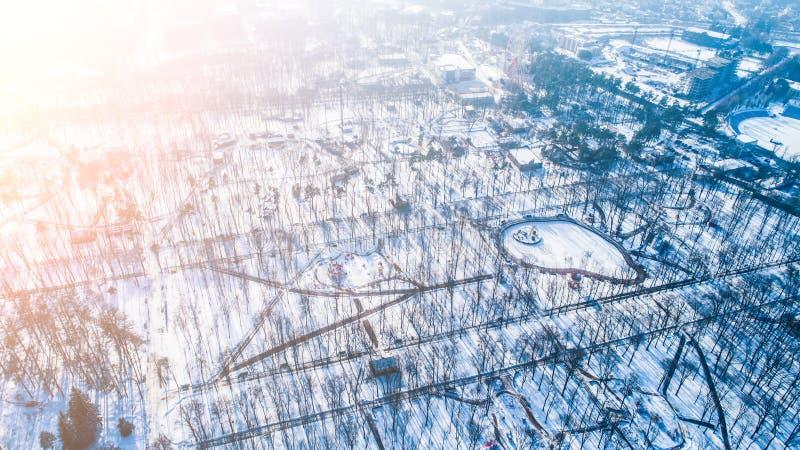 空的城市公园顶面鸟瞰图在与雪的冬天 免版税库存图片