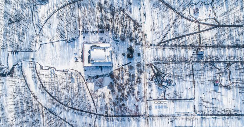 空的城市公园顶面鸟瞰图在与雪的冬天 免版税库存照片
