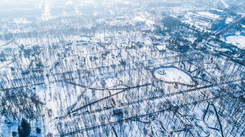 空的城市公园顶面鸟瞰图在与雪的冬天 库存照片