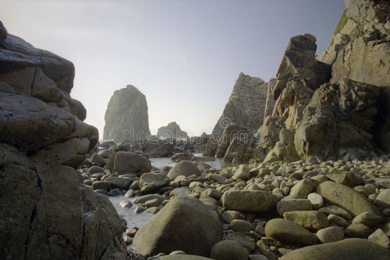 空的多岩石的海滩 库存图片