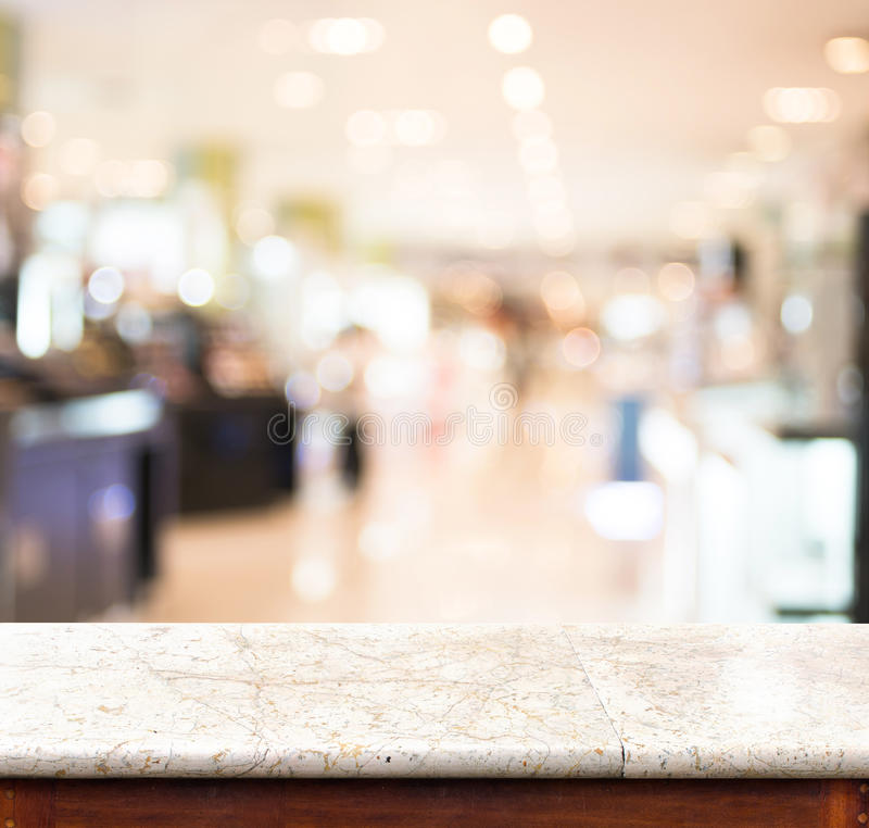 空的大理石桌和被弄脏的商店在背景中 产品disp 库存图片