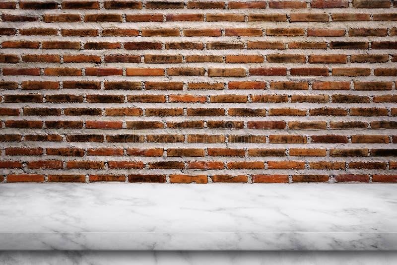 空的大理石桌有老砖墙背景 免版税库存照片