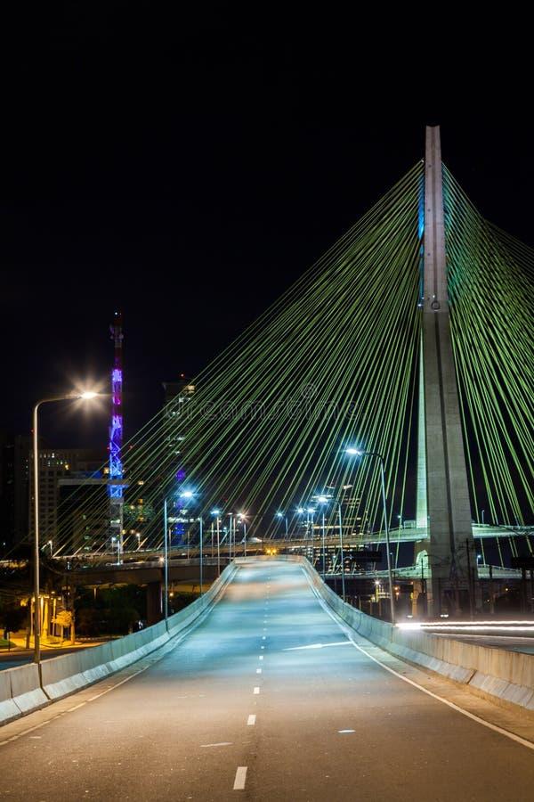 空的大道-在圣保罗-巴西缚住被停留的桥梁-在晚上 库存照片