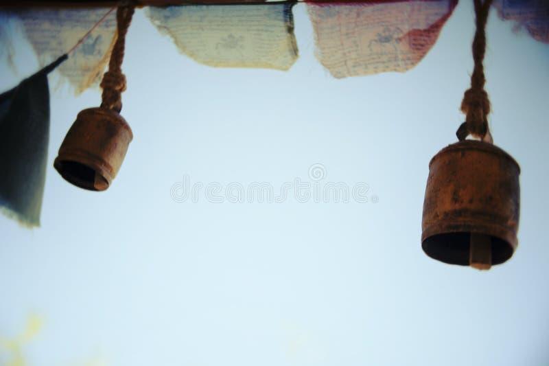空的天空裂缝合拢响铃祷告旗子 免版税库存图片