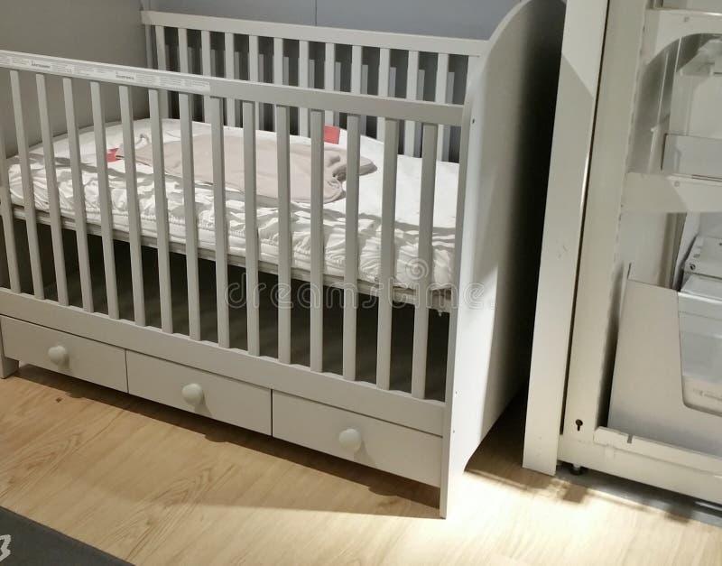 空的婴孩小儿床 免版税图库摄影