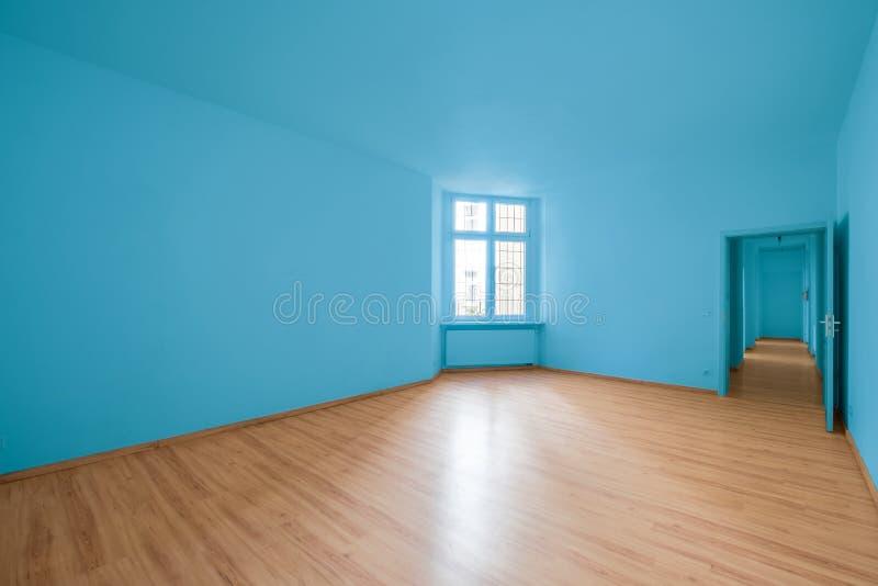 空的室,在新的公寓的木地板 免版税库存图片