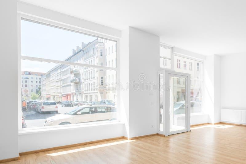 空的室,购物与购物窗口的内部 免版税库存照片