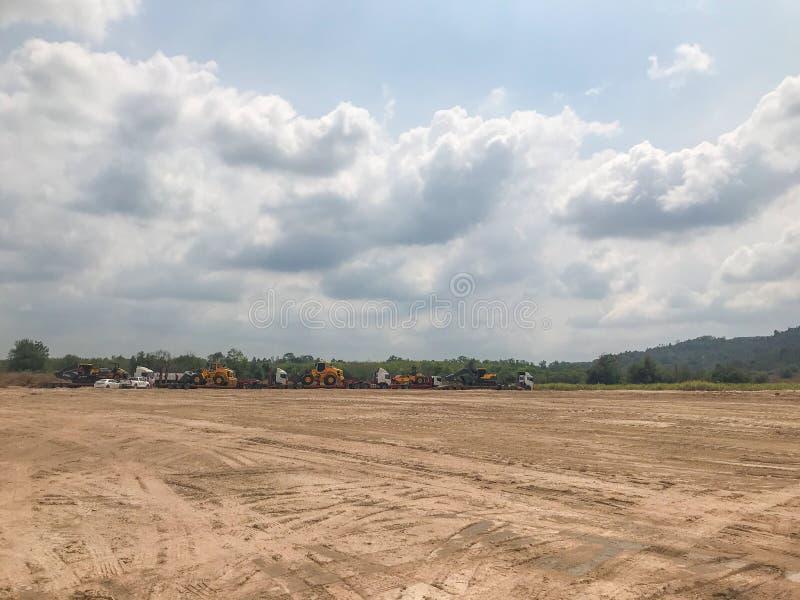 空的干燥裂缝土壤,土地待售环境美化 免版税库存照片