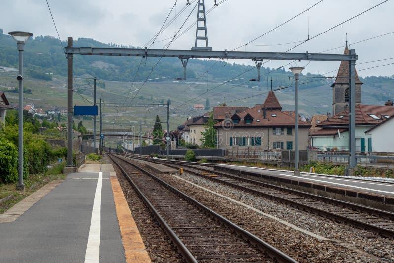 空的平台在瑞士的一个小农村镇山和葡萄酒房子背景的 免版税库存照片