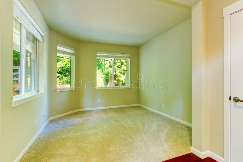 空的房子内部 有三个窗口的简单的卧室 库存图片