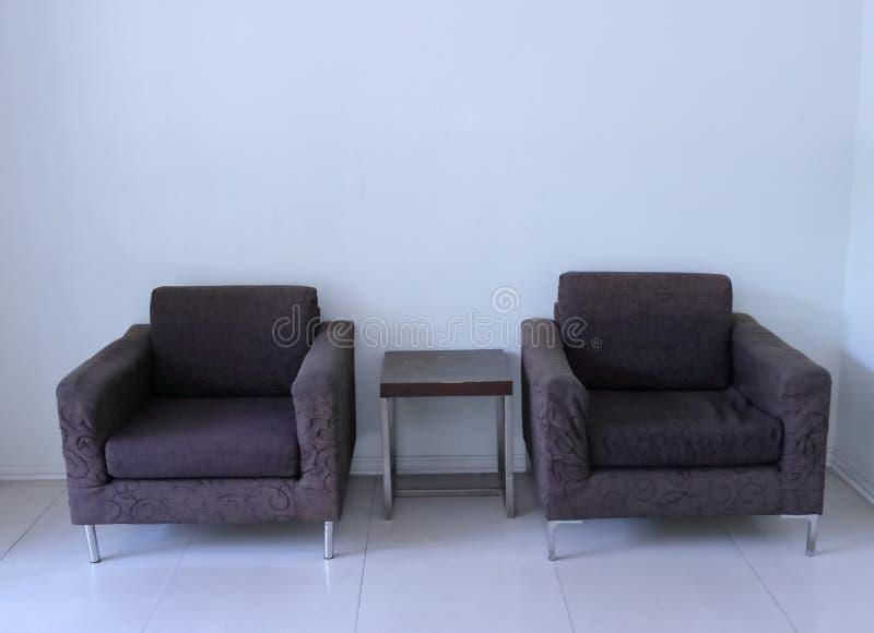 空的扶手椅子在客厅 免版税库存照片