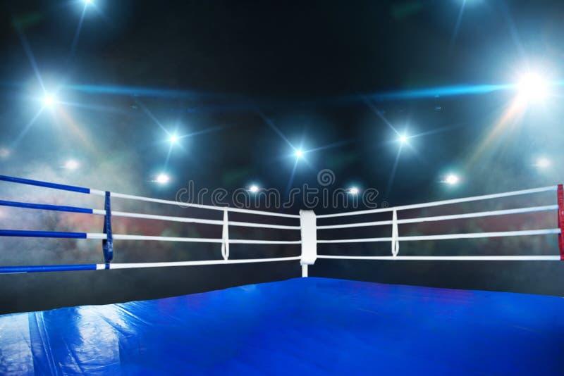 空的拳击台,在角落的看法与白色绳索 免版税库存照片