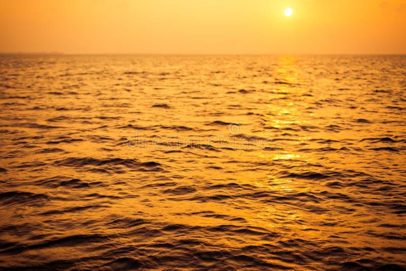 空的日落海背景 与天空和白色沙子海滩的天际 免版税库存图片