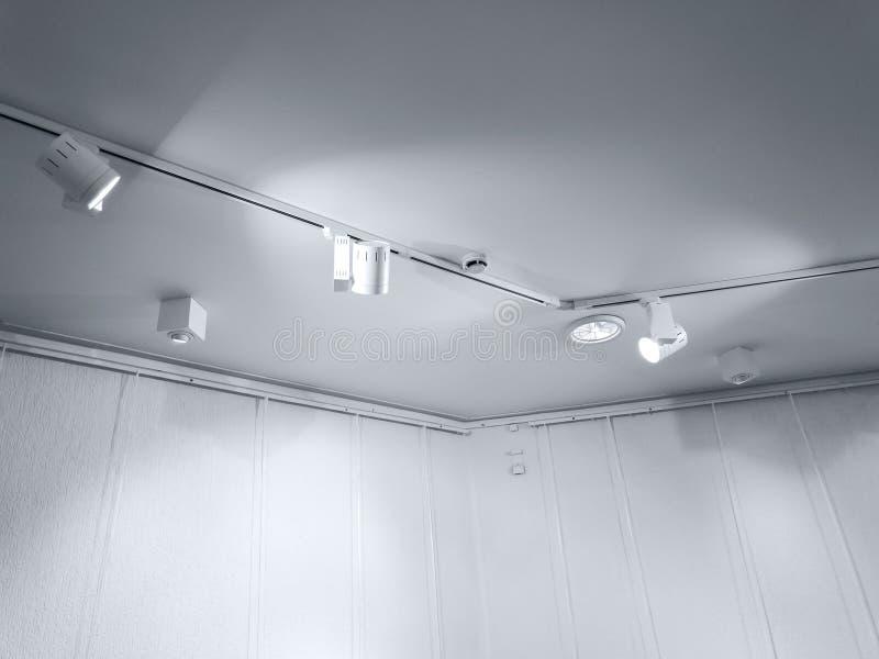 空的有天花板聚光灯行的画廊内墙  免版税图库摄影