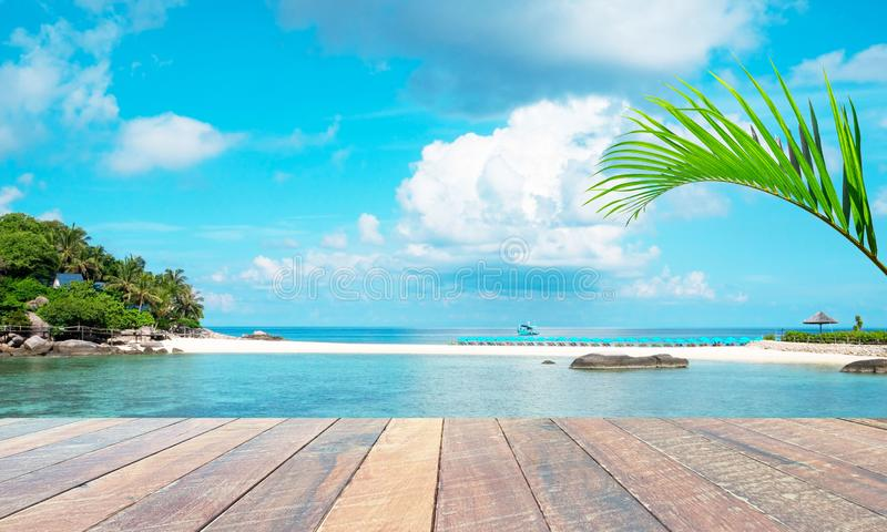 空的木书桌和夏天蓝色海背景和叶子可可椰子树 文本和图象的空白 概念夏天, 免版税库存照片