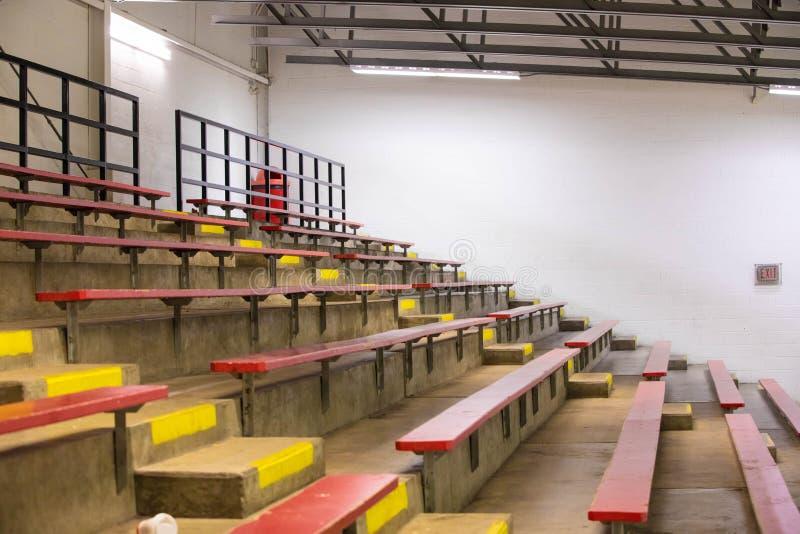 空的木体育场位子 免版税库存图片