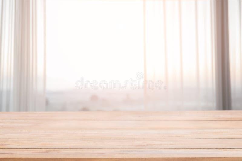 空的木头和defocused帷幕窗口和文具箱子与 免版税库存图片