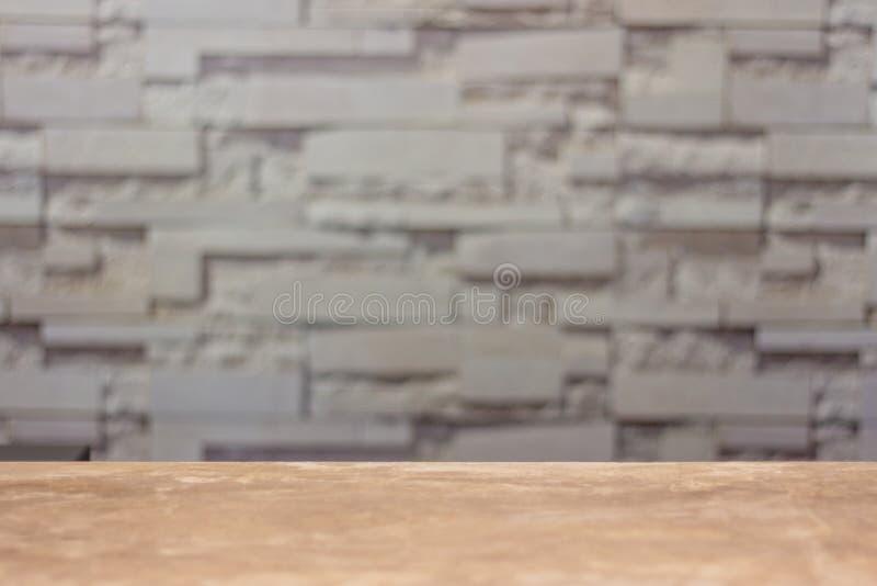 空的木桌和被弄脏的抽象墙壁背景 库存图片