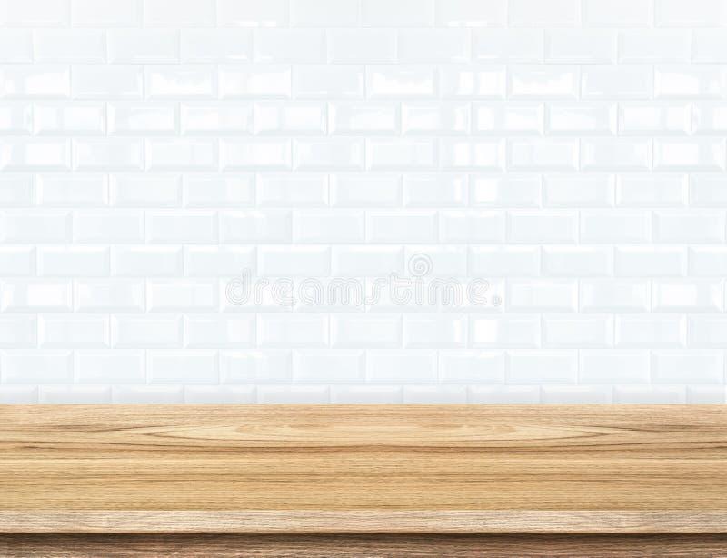 空的木桌和陶瓷砖砖墙在背景中 产品 库存照片
