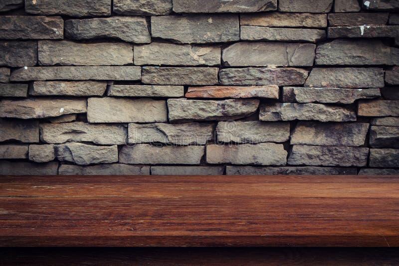 空的木桌和难看的东西砖墙和显示蒙太奇p的 免版税库存图片